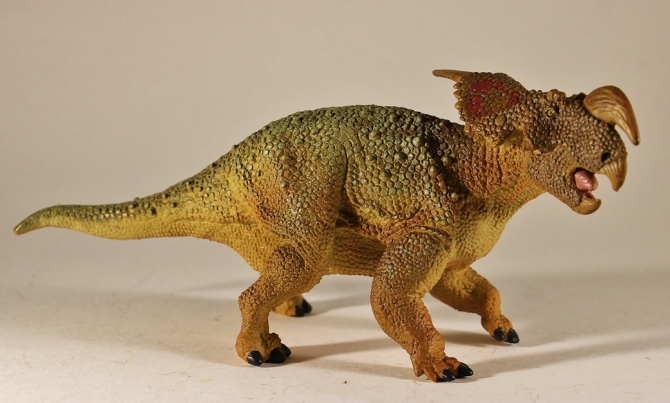 wild-safari-einiosaurus-figure